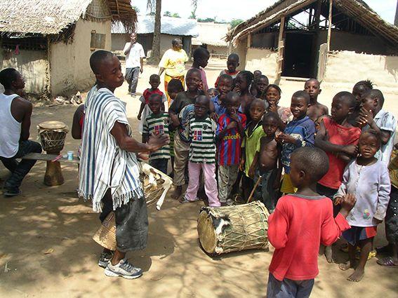 Die Kinder treffen sich unter einem Baum, UTT-Projekt Liberia