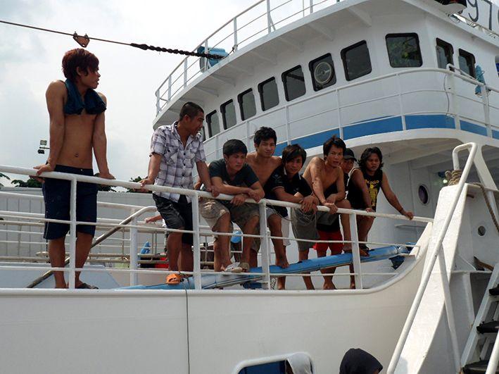 Die Schiffsbesatzung des Fischerbootes freut sich auf den Besuch des Seelsorgers von der Seemannsmission