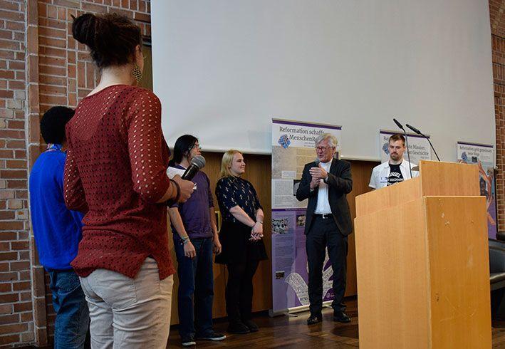 Landesbischof Dr. Heinrich Bedford-Strohm im Gespräch mit den Teilnehmenden des Poetry-Slam-Workshops. © MEW/Neuschwander-Lutz