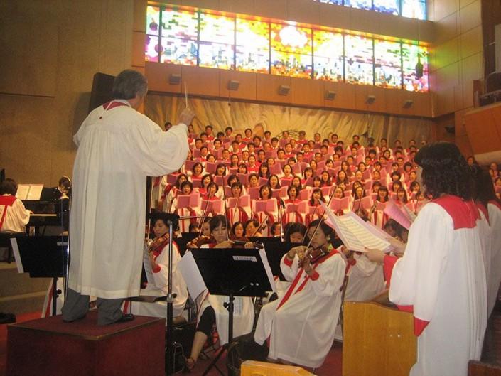 Koreanischer Chor singt im Gottesdienst