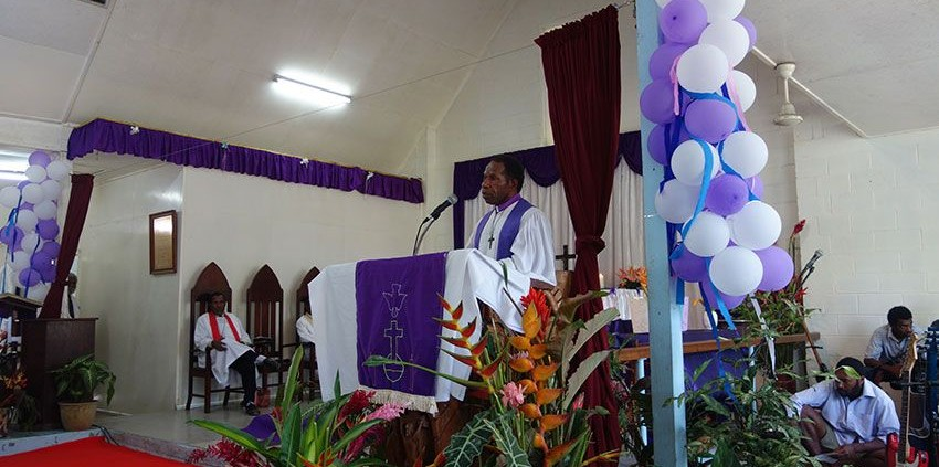 Der neue Leitende Bischof, Jack Urame, bei seiner Predigt