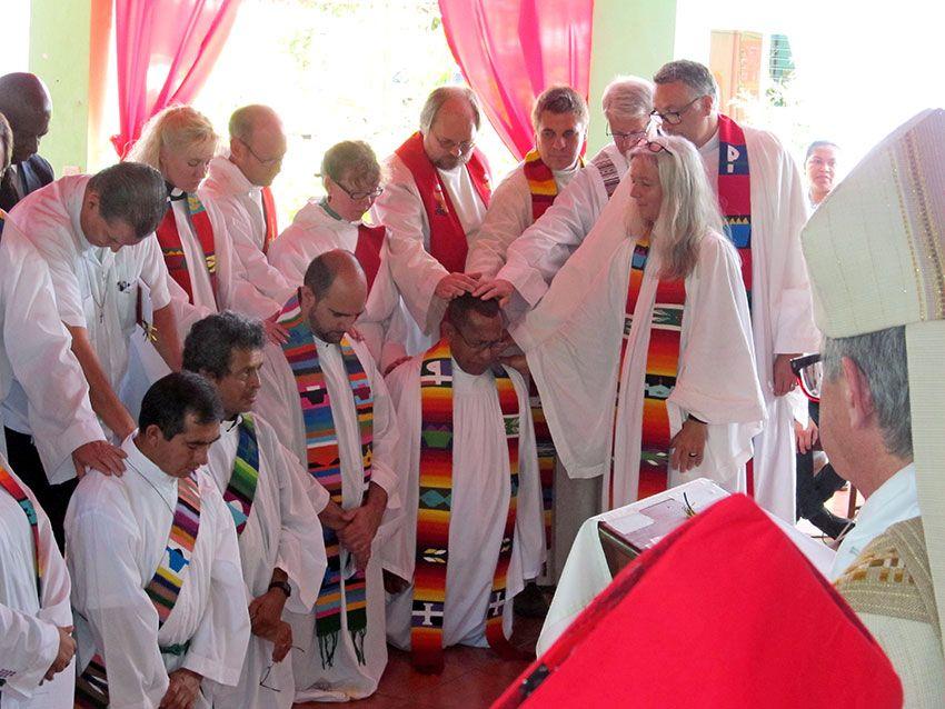Pfarrer/innen aus Zentralamerika, Schweden, Texas und Aschaffenburg als Assistent/innen beim Ordinationsgottesdienst in San José 2013.