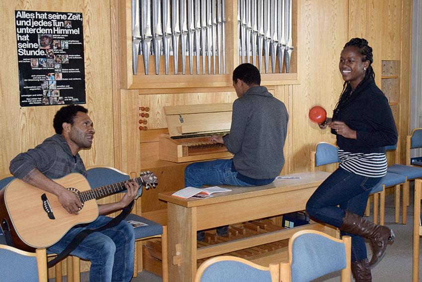 Sued-Nord-Freiwillige beim gemeinsamen musizieren