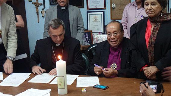 Oberkirchenrat Michael Martin und Bischof Dr. Medardo Gomez bei der Unterschrift.