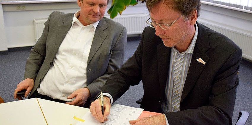 Dr. Jürgen Bergmann, Leiter des Referats Entwicklung und Politik, unterzeichnet die Vereinbarung zum Stube-Programm. © MEW/Neuschwander-Lutz