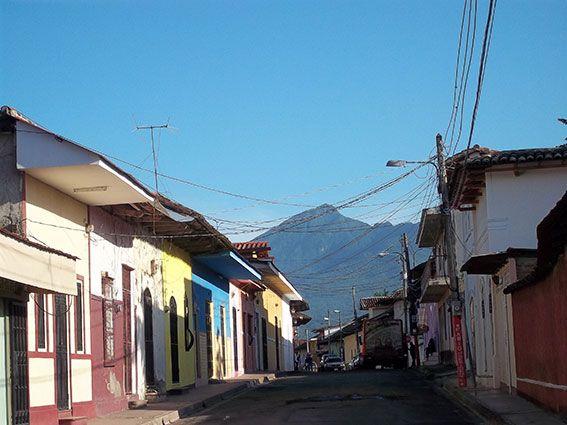 Straße mit Blick auf den Vulkan, Nicaragua