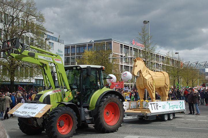 Über dreißig Traktoren führen die Demonstration gegen TTIP am 23. April 2016 in Hannover an.