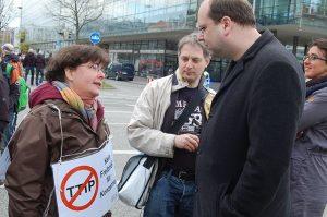 Agrarexpertin Angela Müller im Gespräch mit dem niedersächsischen Landwirtschaftsminister Christian Meyer