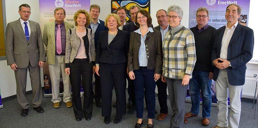 Synodalpräsidentin Dr. Annekathrin Preidel (vorne Mitte) mit dem Leitungskreis des Partnerschaftszentrums Mission EineWelt bei ihrem Besuch am Dienstag in Neuendettelsau. © MEW / Neuschwander-Lutz