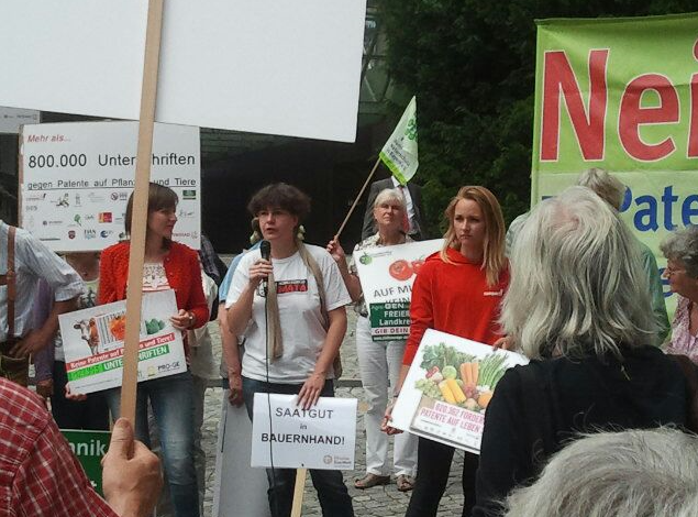 Angela Müller, Agrarexpertin von Mission EineWelt, fordert den Verwaltungsrat auf, sich an die geltenden Gesetze zu halten. (Müller hier mittig am Mikro)