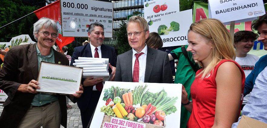 Übergabe der gesammelten Unterschriften vor dem Patentamt in München © http://www.argum.photos/epo/