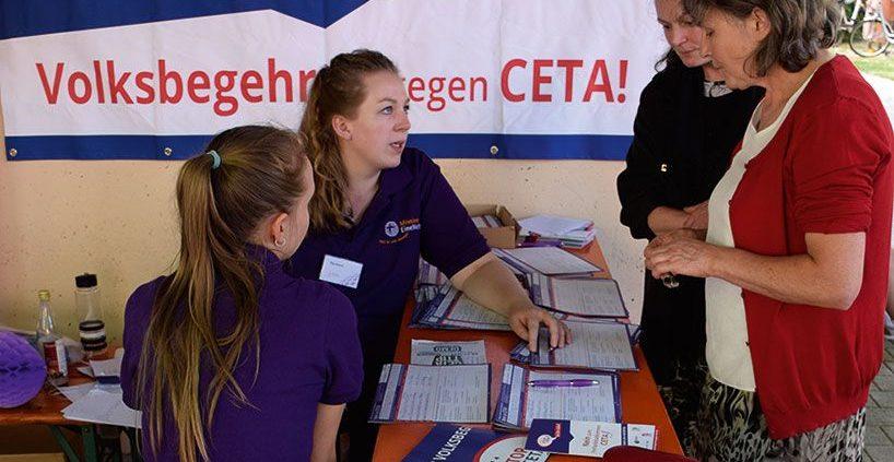 Unterschriftensammlung gegen CETA beim Fest der weltweiten Kirche 2016. © MEW/Neuschwander-Lutz