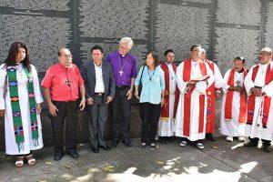 Medardo Gómez, Bischof der lutherischen Kirche von El Salvador spricht vor dem Bürgerkriegsdenkmal ein Gebet. @ Schlicker / MEW