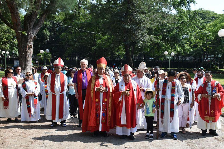 VertreterInnen aus den lutherischen Kirchen weltweit nehmen am Friedensmarsch in San Salvador teil. @ Schlicker / Mission EineWelt