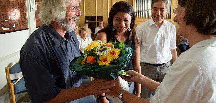 Direktorin Dr. Gabriele Hoerschelmann gratulierte nach der Aussendung dem frisch verheirateten Ehepaar zur Trauung. Mit dabei auch Lateinamerikareferent Hans Zeller (2.v.r.) © MEW/Neuschwander-Lutz