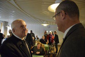 Pfarrer Horst Becker und der Neuendettelsauer Bürgermeister Gerhard Korn als Gratulant. © MEW/Neuschwander-Lutz