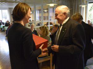 Dr. Gabriele Hoerschelmann, Direktorin von Mission EineWelt, gratulierte Pfarrer Horst Becker. © MEW/Neuschwander-Lutz