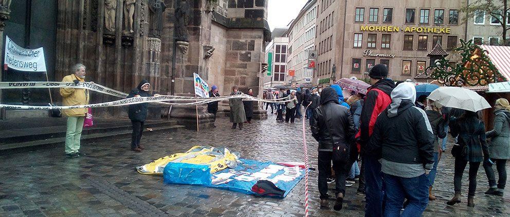 Ca. 30 Teilnehmende trugen ein Banner mit sämtlichen Kriegen der Neuzeit vir St. Lorenz © Mission EineWelt