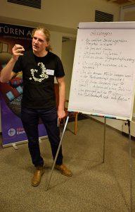 Trainer Christoph Pinkert stellte die Teilnehmenden auch vor kritische Leitfragen. © MEW/Neuschwander-Lutz