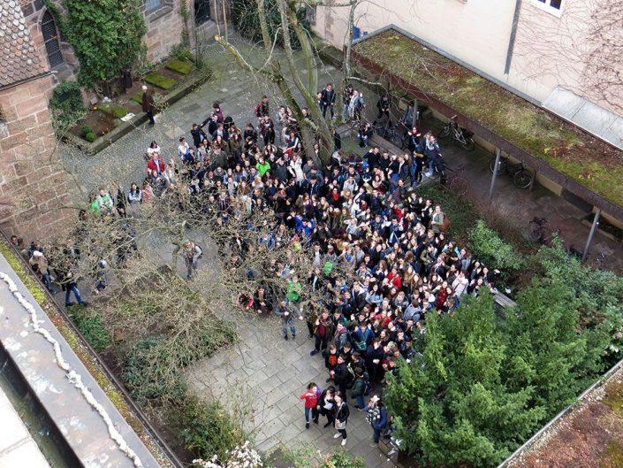 Gruppenbild am Mittwoch im Innenhof des Caritas-Pirckheimer-Hauses in Nürnberg © MEW/Rehm
