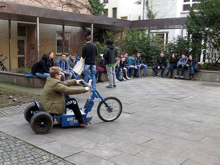 Probefahrt mit dem E-Mobil begeister Schüler/innen © MEW/Rehm