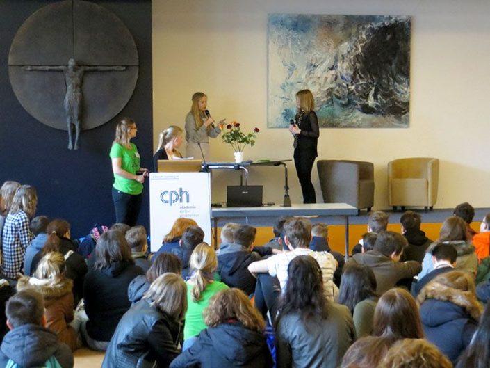 Theateraufführung der Schülerinnen und Schüler des Wolfram-von-Eschenbach-Gymnasiums © MEW/Rehm