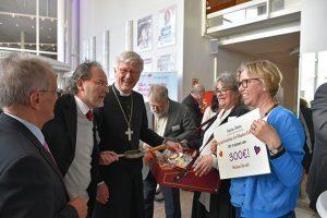 Synodale verkaufen Sympathie-Kekse für Projekte in Übersee. ©MEW/Schlicker