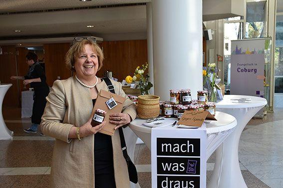 Synodalpräsidentin Dr. Annekathrin Preidel verkaufte selbstgemachte Chutneys. ©MEW/Schlicker