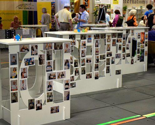 Viele Besucherinnen und Besucher zeigen Gesicht und lassen sich im Rahmen der Fotoaktion ablichten © Neuschwander-Lutz/MEW