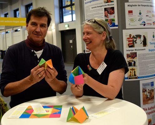 Das Faltspiel mit Fragen zum Klimawandel erforderte Bastelgeschick © Schlicker/MEW