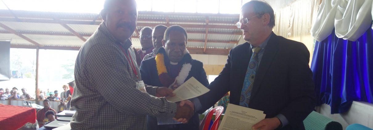 Auf dem Foto sind v.l.n.r. zu sehen: Bernard Kaisom, Generalsekretär der ELC-PNG, Bischof Jack Urame und Traugott Farnbacher, Leiter des Referats Papua-Neuguinea/Pazifik/Ostasien bei Mission EineWelt, nach der Unterzeichnung der Partnerschaftsvereinbarung