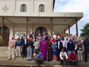 Gruppenbild vor der Kirche: Unsere Vielfalt ist wunderbar! (Foto: Gabriele Hoerschelmann)