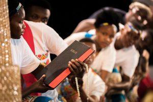 Immer die wichtigste Grundlage: die Bibel (Foto Albin Hillert WCC)
