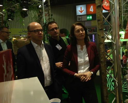 Sie unterstützen die Fair Toys Organisation: Der Nürnberger OB-Kandidat Thorsten Brehm (SPD) (l.) und Katarina Barley (SPD) (r.), Vizepräsidentin des Europaparlaments informieren sich zusammen mit Maik Pflaum von der CIR (m.) am Stand von Sigikid, ob und wie sich das Unternehmen für die Einhaltung von Arbeits- und Sozialstandards einsetzt