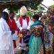 WCD-Bischof Isaac Kissiri Laiser tauft in einer dörflichen Astkirche ein Kind (Foto:Claus Heim)