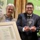 Richard Mergner (l.) und Antônio Andrioli (r.) präsentieren den Bayerischen Naturschutzpreis 2020