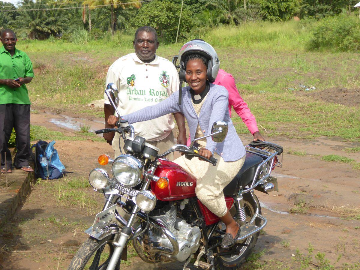 Pfarrerin Edina Shafuri auf ihrem neuen Dienstmotorrad