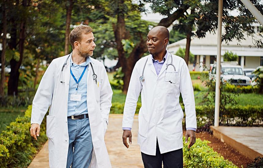 Im Team gegen den Krebs: Dr. Oliver Henke (links) und sein Kollege Dr. Furaha Serventi © ELKB/Niemz Communications/Jens Wegener