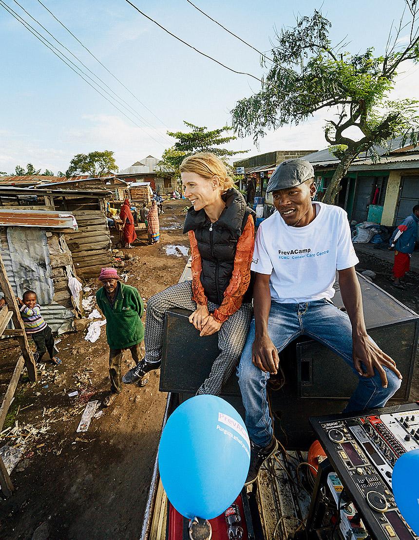 Einladung auf Afrikanisch: Lautsprecherwerbung auf dem Land © ELKB/Niemz Communications/Jens Wegener