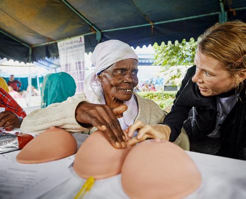 Prävention im Camp: Antje Henke erklärt, wie man Knoten in der Brust erkennt. © ELKB/Niemz Communications/Jens Wegener