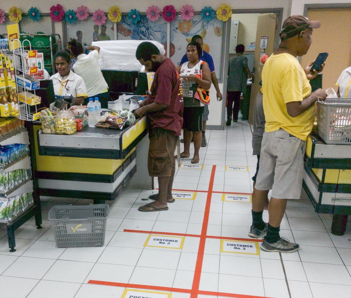 Social Distancing in einem Supermarkt in Lae