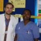 Oliver Henke mit einer Kollegin vor dem Info-Board des KCMC
