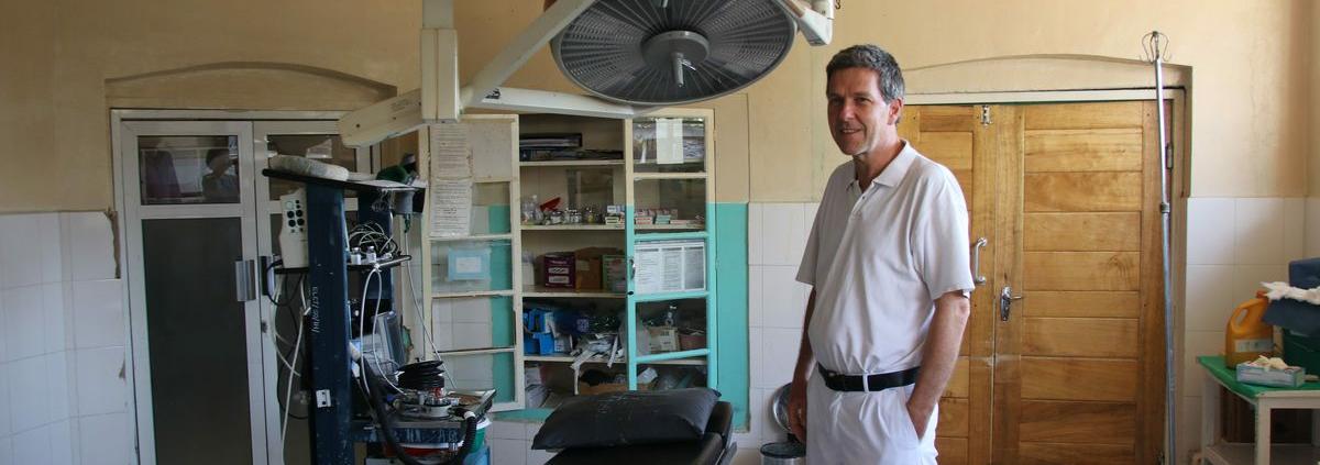 Werner Kronenberg im OP-Saal des Krankenhauses in Ilembula